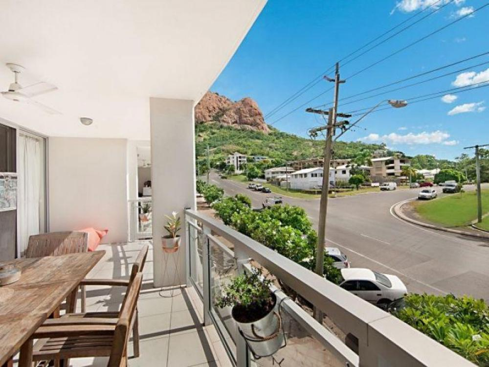 MODERN 3 BEDROOM 2 BATHROOM UNIT IN SOUGHT AFTER SUBURB